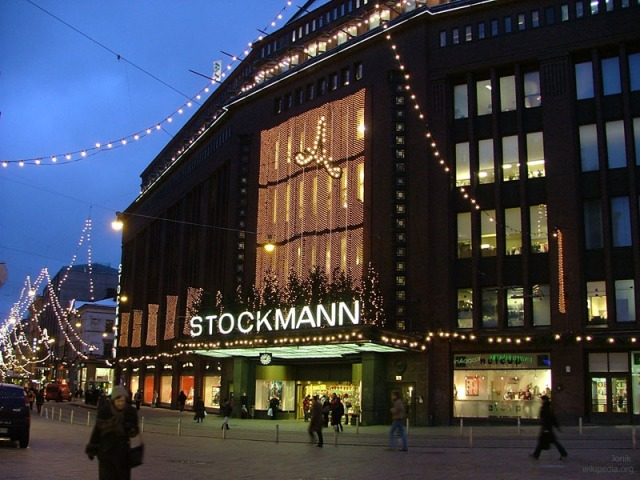 Stockmann_department_store_in_Helsinki_at_dawn_in_December_2004