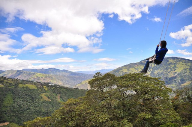 swing-at-the-end-of-the-world-soars-over-tungurahua-volcano-designboom-02