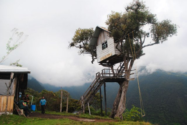 swing-at-the-end-of-the-world-soars-over-tungurahua-volcano-designboom-06