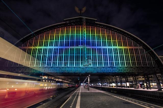 daan-roosegaarde-rainbow-station-amsterdam-central-station-designboom-01