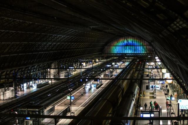 daan-roosegaarde-rainbow-station-amsterdam-central-station-designboom-02
