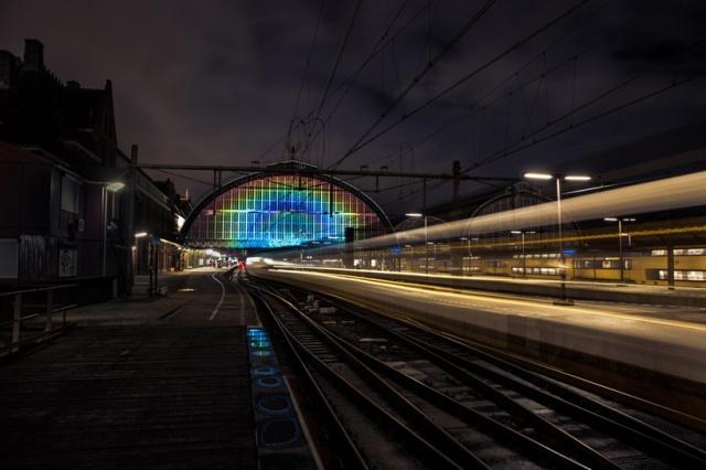 daan-roosegaarde-rainbow-station-amsterdam-central-station-designboom-03