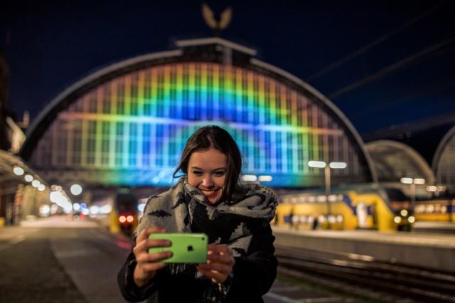 daan-roosegaarde-rainbow-station-amsterdam-central-station-designboom-08