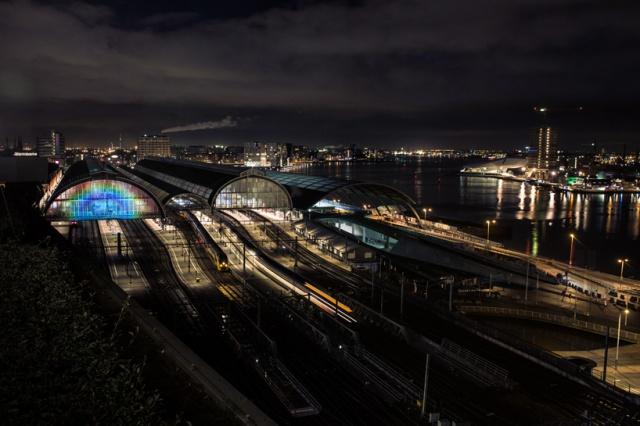 daan-roosegaarde-rainbow-station-amsterdam-central-station-designboom-09
