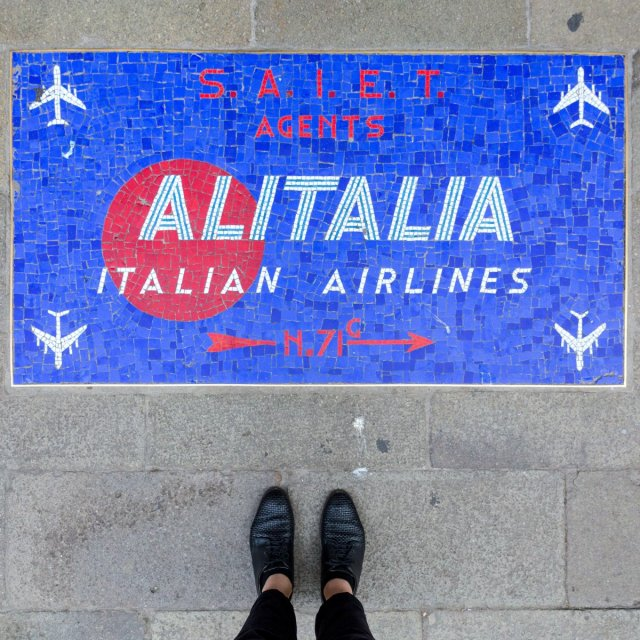 calle-larga-ascensione-sestiere-di-san-marco--an-airline-ad-is-on-display-in-mosaic-form