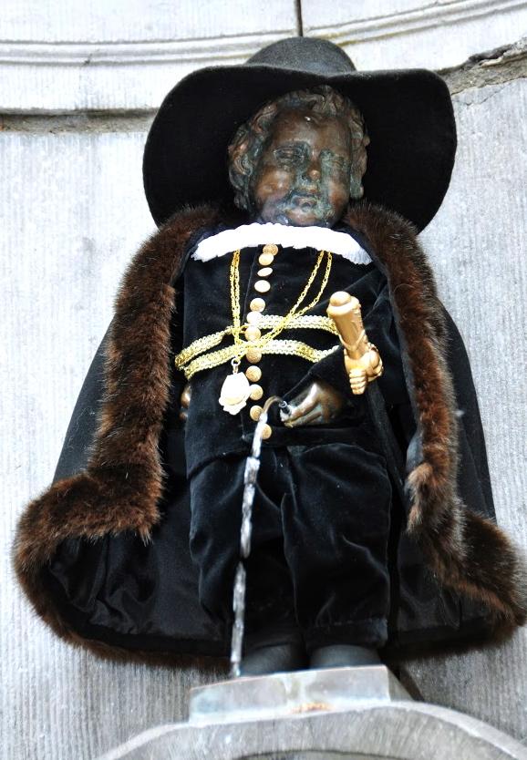 Manneken_Pis_en_costume_des_Lignages_de_Bruxelles