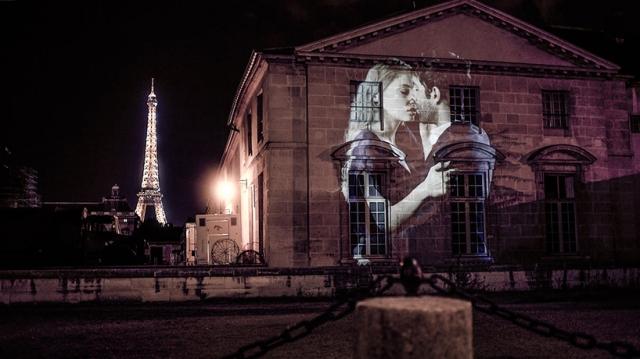 julien-nonnon-digital-street-art-paris-couples-kissing-designboom-02
